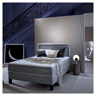 Photo d'une chambre dans une ambiance doré et bleu. Au milieu de la chambre un matelas epeda entouré d'élément de décoration - Epéda